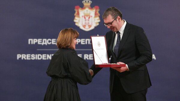 Predsednik Srbije Aleksandar Vučić uručio Sretenjski orden Manani Popovoj  - Sputnik Srbija