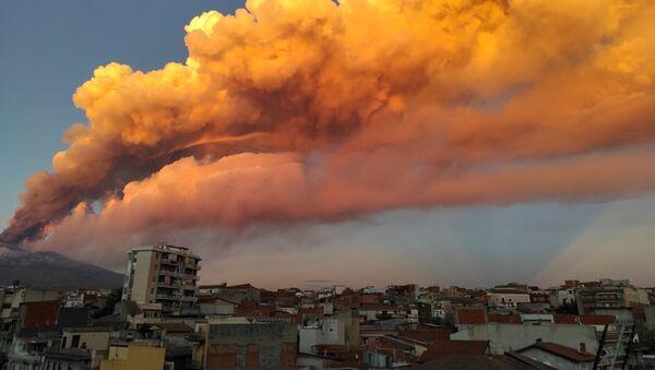 Ерупција Етне на Сицилији - Sputnik Србија
