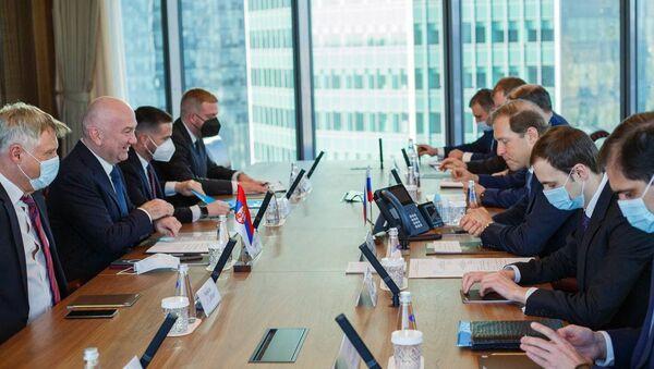 Sastanak koji su u Moskvi održali ministar u Vladi Srbije i kopredsednik Međuvladinog komiteta za saradnju sa Rusijom Nenad Popović i ruski ministar industrije i trgovine Denis Manturov - Sputnik Srbija