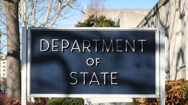 Табла испред зграде Стејт департмента у Вашингтону - Sputnik Србија