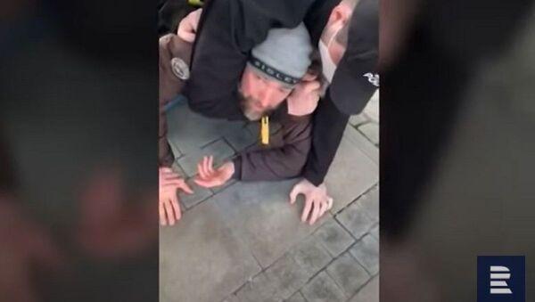 Драматичан снимак: Полиција обара оца на земљу јер нема маску - Sputnik Србија