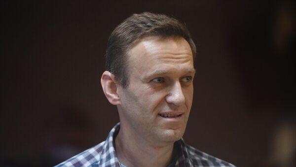 Руски блогер Алексеј Наваљни током суђења - Sputnik Србија