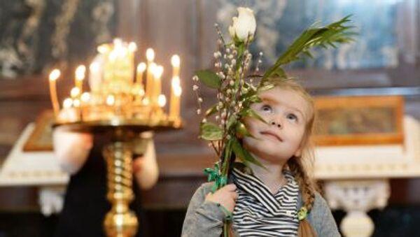Devojčica u Hramu Hrista Spasitelja u Moskvi tokom Velikog posta - Sputnik Srbija