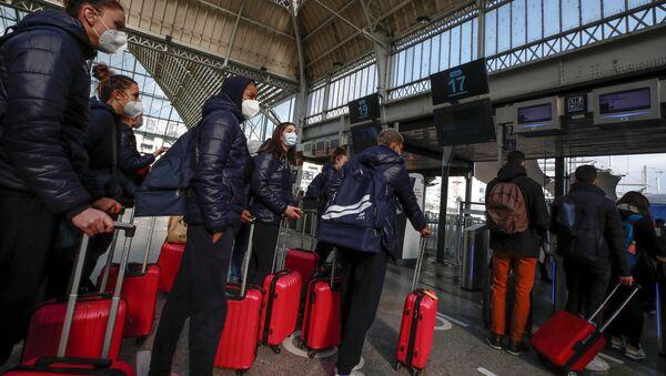Парижани напуштају град уочи нових корона мера - Sputnik Србија