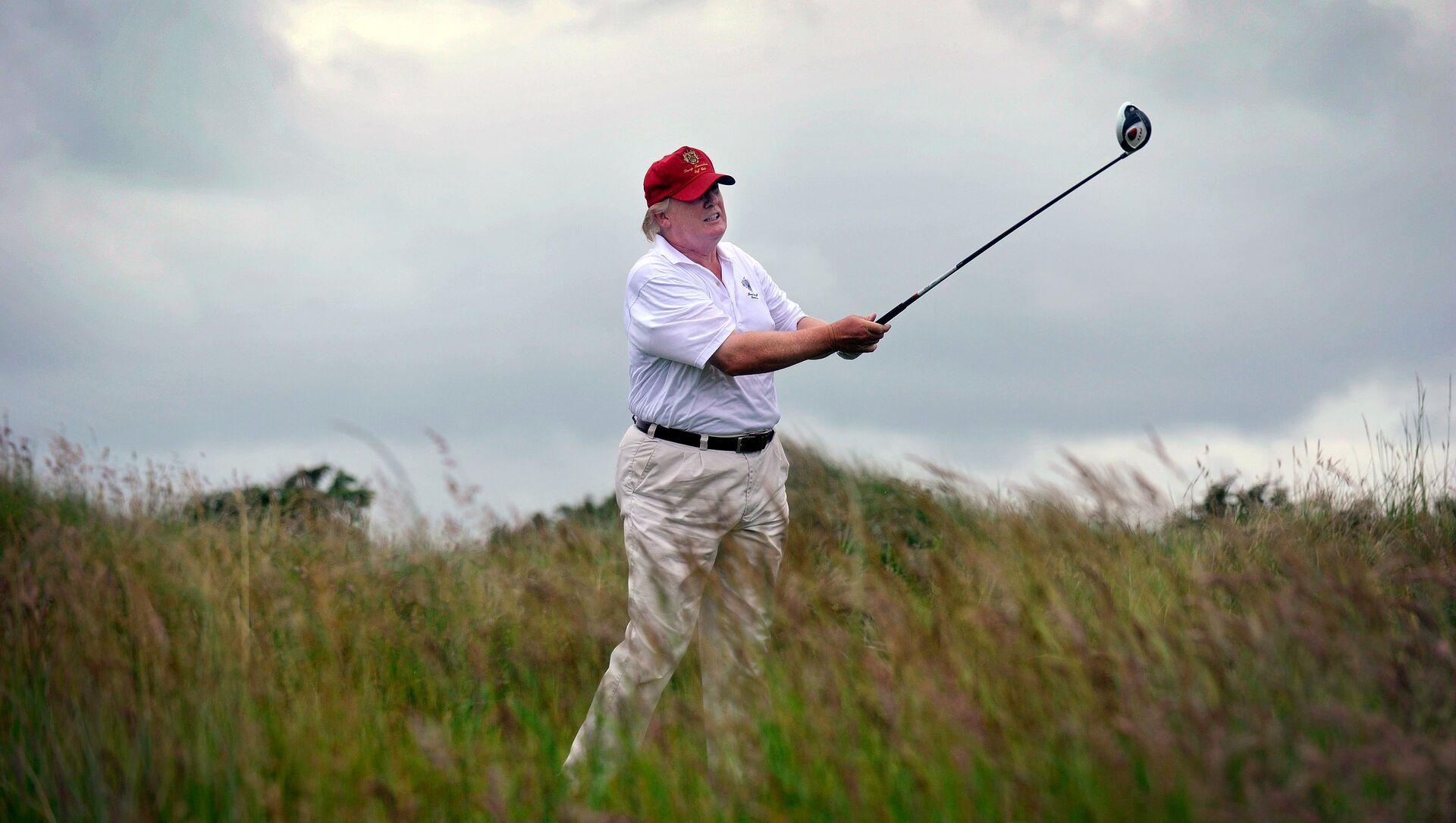 Доналд Трамп игра голф на терену у Абердину у Шкотској 2012. - Sputnik Србија, 1920, 20.03.2021