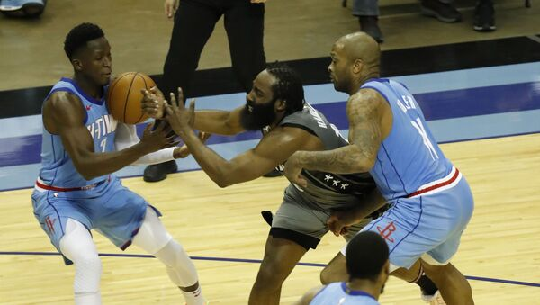 Američki košarkaš Džejms Harden, u sredini, u duelu sa igračima Hjuston Roketsa - Sputnik Srbija