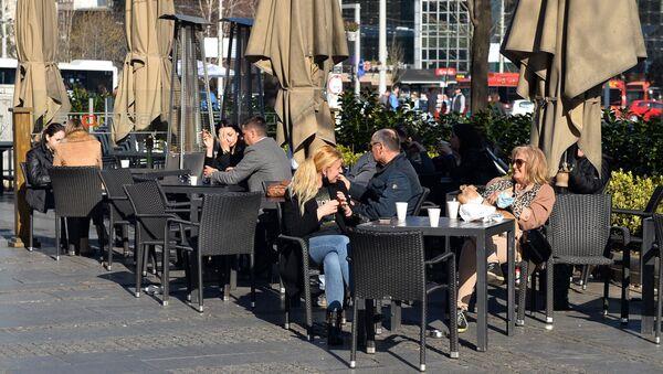Uživanje na prolećnom suncu, uz kafu za poneti. - Sputnik Srbija