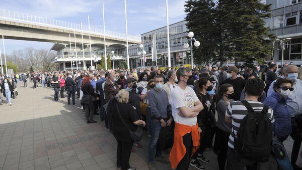 Грађани из региона чекају у реду за вакцинацију у Београду - Sputnik Србија