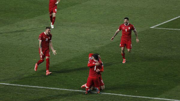 Фудбалери Србије се радују после постигнутог гола против Португалије - Sputnik Србија