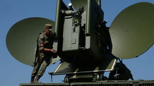 Postavljanje kopnenog višenamenskog modula za ometanje Krasuha 4 na vežbama za radio-elektronsku borbu  - Sputnik Srbija