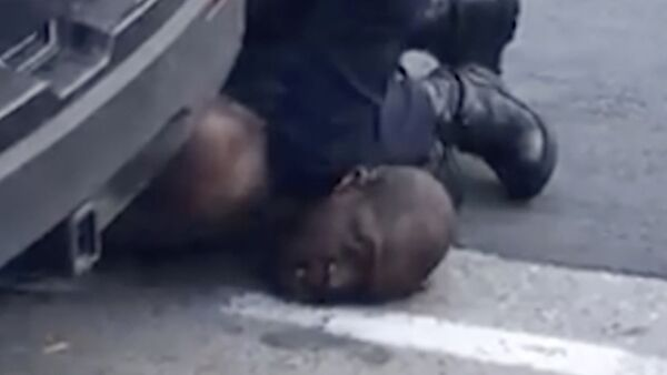 Снимак са камере који приказује полицајца Дерека Шовина како притиска коленом врат Џорџа Флојда - Sputnik Србија