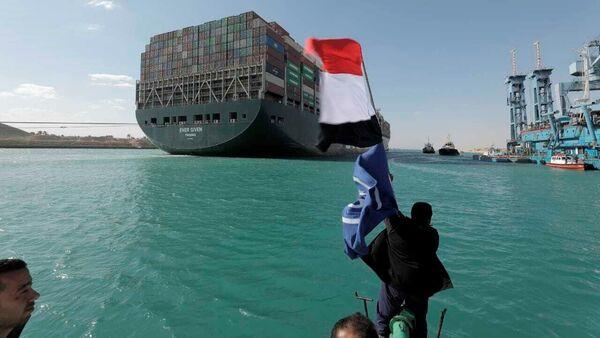 Бродови пролазе кроз Суецки канал после деблокаде - Sputnik Србија