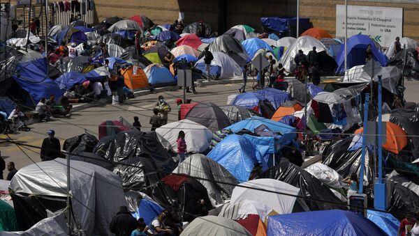 Мигранти у мексичком граду Тихуани, на граници са Калифорнијом, чекају на улазак у САД - Sputnik Србија