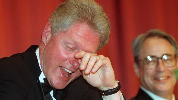 Бивши амерички председник Бил Клинтон плаче од смеха и брише сузе након шале комичара Ала Франкена - Sputnik Србија