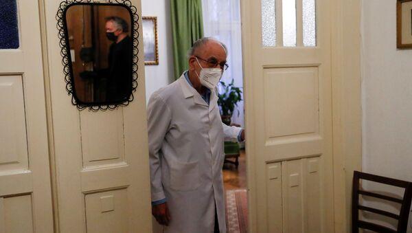 Ištvan Kormendi, 97-godišnji lekar, dočekuje pacijenta u lekarskoj ordinaciji u svom domu - Sputnik Srbija