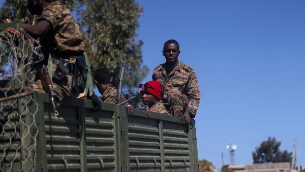 Војници се возе на камиону у близини града Адиграт, у регија Тиграј, Етиопија. - Sputnik Србија
