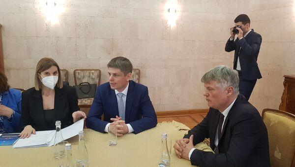 Arno Gujon i Miroslav Lazanski na sastanku sa delegacijom Ministarstva spoljnih poslova Srbije i srpske dijaspore u Rusiji - Sputnik Srbija