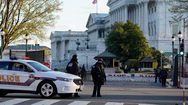 Američka policija na mestu incidenta ispred Kapitola - Sputnik Srbija