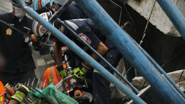 Спасиоци трагају за затрпанима у рушевини зграде у Банкоку, која се запалила и срушила - Sputnik Србија