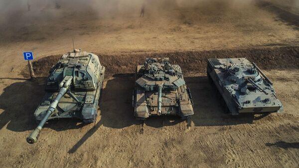 Samohodna artiljerijska haubica Msta S, tenk T-90A i borbeno vozilo pešadije BMP-3 na vojnim vežbama u Volgogradskoj oblasti - Sputnik Srbija