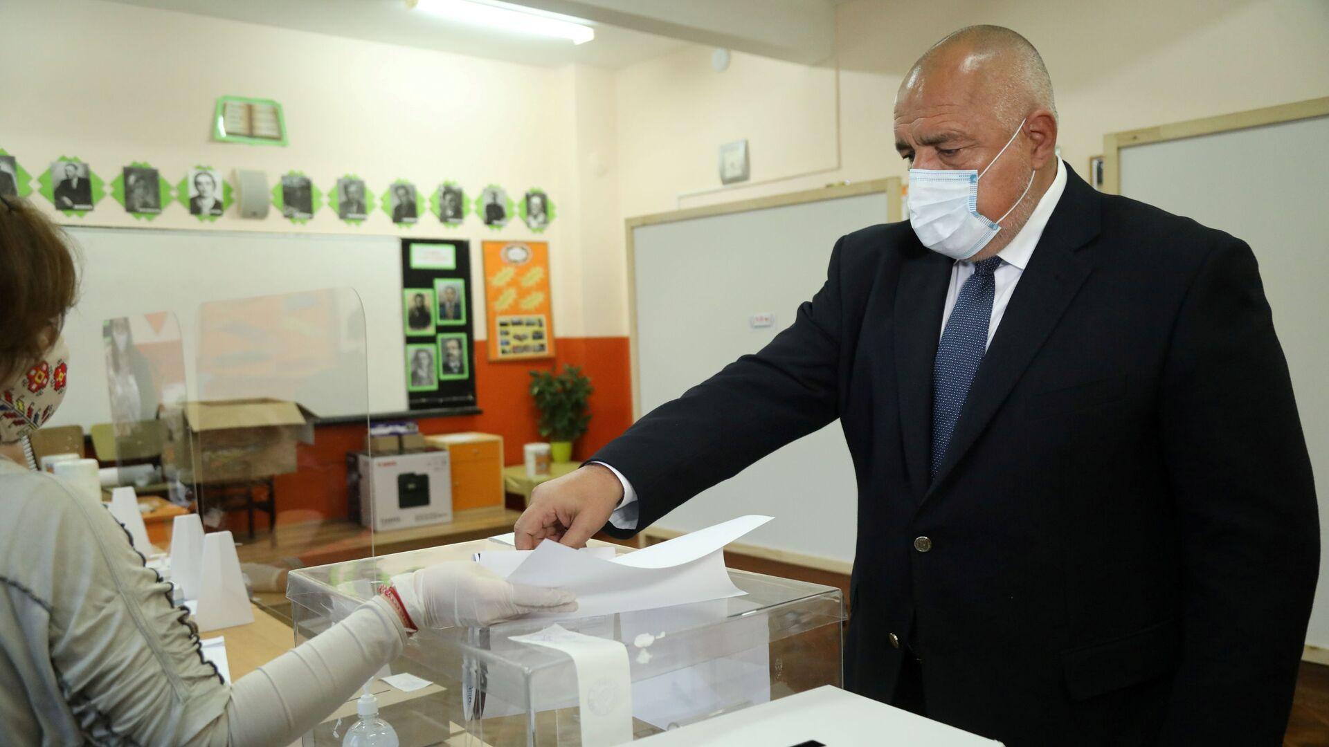 Бугарски премијер Бојко Борисов гласа на парламентарним изборима у Софији. - Sputnik Србија, 1920, 11.07.2021