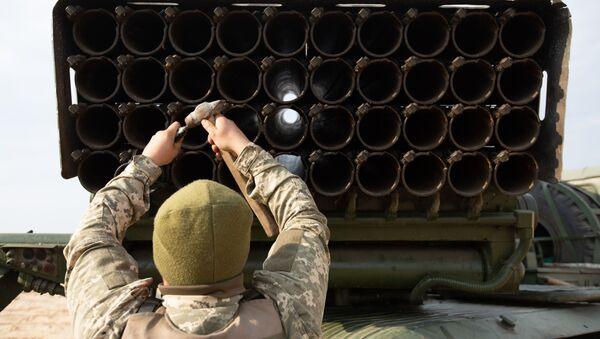 Украјински војник поред система Град - Sputnik Србија