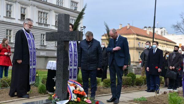Polaganje venaca žrtvama aprilskog bombardovanja kod spomen-obeležja u porti Vaznesenjske crkve - Sputnik Srbija
