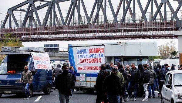 Блокада ауто-пута код Напуља. - Sputnik Србија