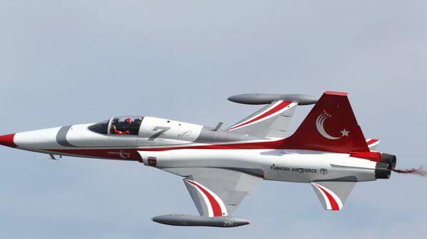 Турски авион Нортроп Ф-5 маневрише током прославе 100. годишњице битке на Дарданелима, Турска, април 2015. - Sputnik Србија