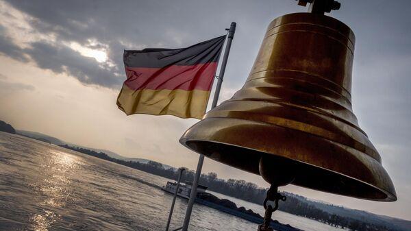 Nemačka zastava na gornjoj palubi malog trajekta na reci Rajni u blizini Ruedešejma u Nemačkoj - Sputnik Srbija