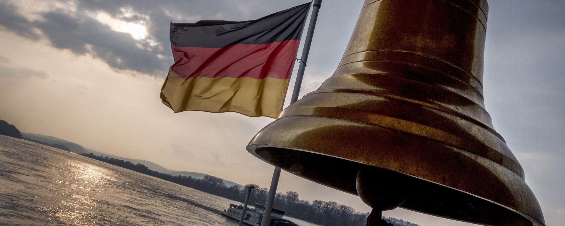Nemačka zastava na gornjoj palubi malog trajekta na reci Rajni u blizini Ruedešejma u Nemačkoj - Sputnik Srbija, 1920, 20.09.2021