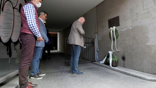 Predstavnici novinarskih udruženja položili vence na mestu gde je ubijen Slavko Ćuruvija - Sputnik Srbija