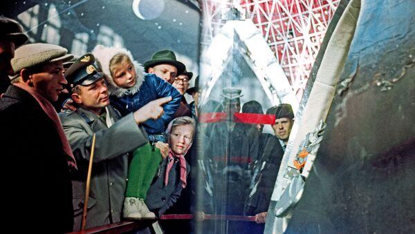 """Jurij Gagarin sa ćerkom Lenom tokom obilaska ekspozicije paviljona """"Kosmos"""" u izložbenom centru VDNH u Moskvi - Sputnik Srbija"""
