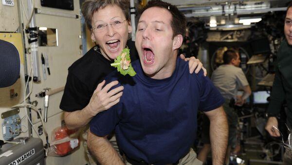 Француски астронаут Том Песке и астронаут НАСА Пеги Битсон на борту МСС - Sputnik Србија