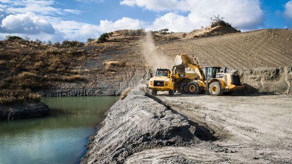 Bageri i građevinske mašine iskopavaju zemlju - Sputnik Srbija