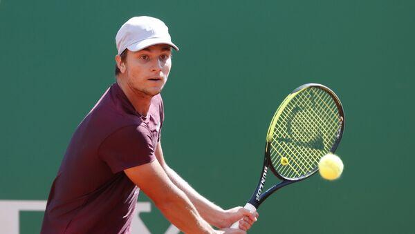 Srpski teniser Miomir Kecmanović tokom duela sa Fabiom Fonjinijem u Monte Karlu - Sputnik Srbija