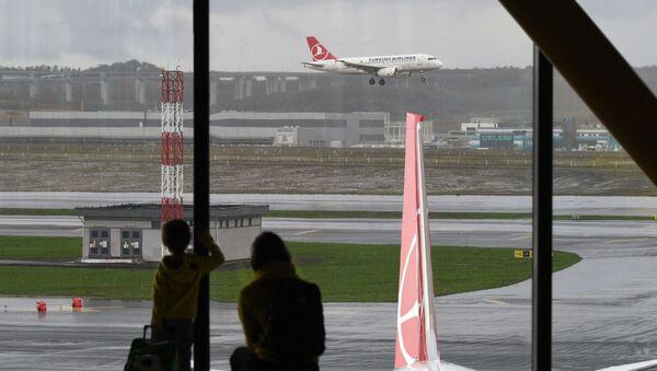 Putnički avion sleće na aerodrom u Istanbulu - Sputnik Srbija