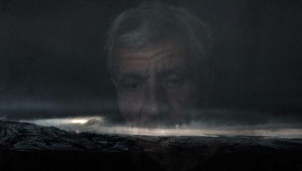 Акоп Терсјан гледа кроз прозор своје куће у граду Лачин, Нагорно Карабах, фоторепортер Спутњика Валериј Мељников - Sputnik Србија