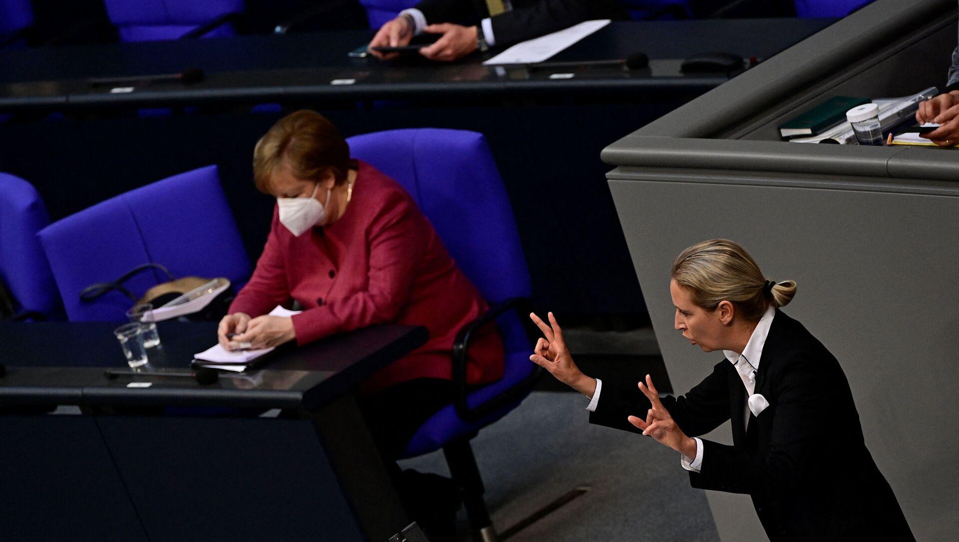 Ангела Меркел гледа у мобилни телефон за време говора Алис Вејдел из Алтернативе за Немачку у Бундестагу. - Sputnik Србија, 1920, 16.04.2021