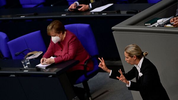 Ангела Меркел гледа у мобилни телефон за време говора Алис Вејдел из Алтернативе за Немачку у Бундестагу. - Sputnik Србија