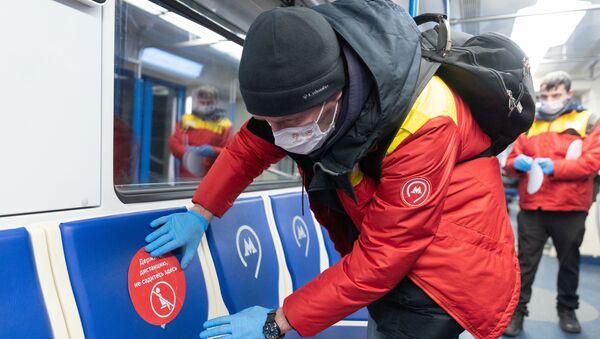 Moskovski metro u vreme virusa korona Držite distancu, ne sedite ovde  - Sputnik Srbija