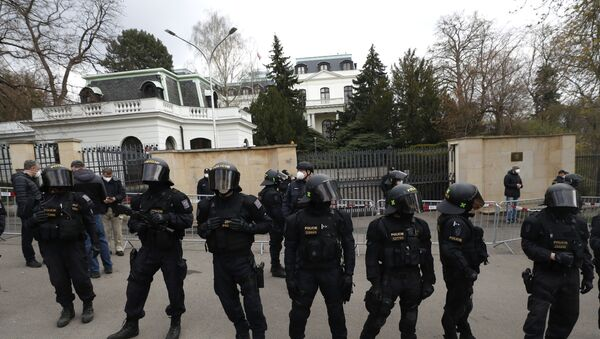 Припадници интервентне полиције Чешке испред амбасаде Русије у Прагу - Sputnik Србија