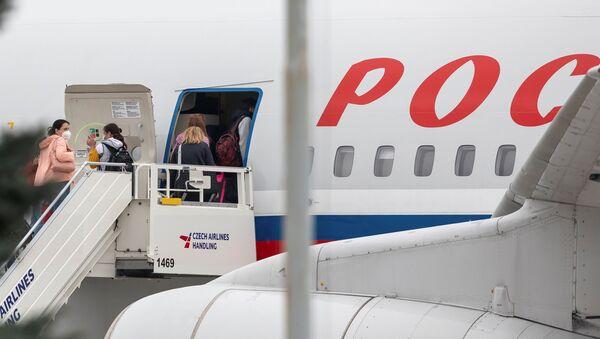 Ruske diplomate se ukrcavaju u avion nakon što su proterane iz Češke - Sputnik Srbija