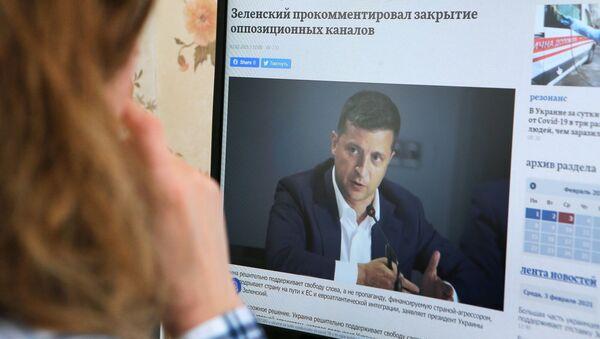 Украјински председник Владимир Зеленски на екрану - Sputnik Србија