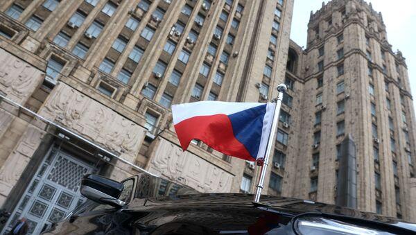 Zastava na automobilu češkog ambasadora ispred zgrade Ministarstva spoljnih poslova Rusije u Moskvi - Sputnik Srbija