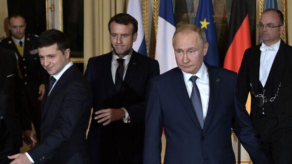 Председници Украјине, Француске и Русије, Владимир Зеленски, Емануел Макрон и Владимир Путин, на састанку нормандијске четворке у Паризу - Sputnik Србија