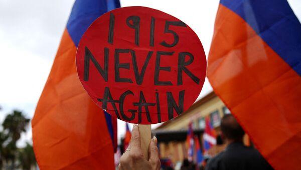 Transparent Nikad više 1915 na okupljanju u znak podrške izjavi Džozefa bajdena da je nad Jermenima 1915. počinjen genocid. - Sputnik Srbija