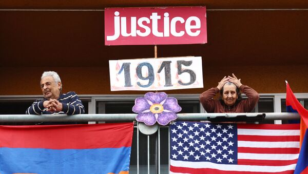 Американци јерменског порекла са балкона посматрају митинг поводом обележавања 106. годишњице геноцида над Јерменима у Холивуду, Лос Анђелес. На ширем простору Лос Анђелеса живи најбројнија јерменска заједница ван домовине. - Sputnik Србија