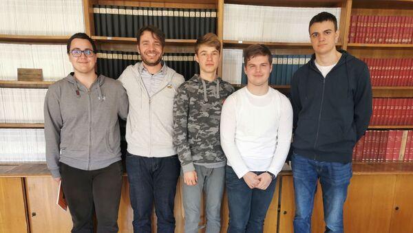 Српски ђаци који су освојили медаље на руској олимпијади са вођом тима - Sputnik Србија