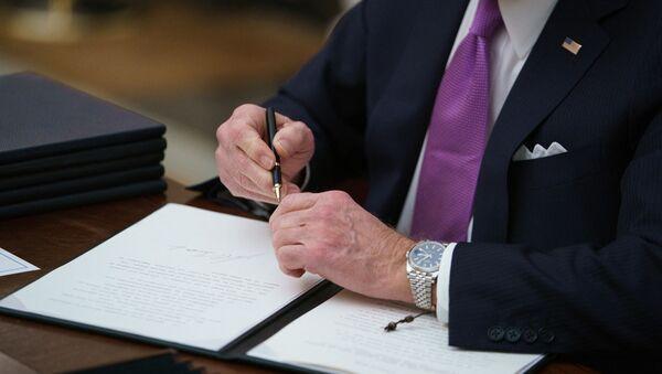 Потписивање папира - Sputnik Србија